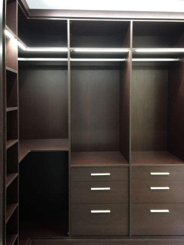 Vestidor oscuro distribuci n en l armarios empotrados segra - Iluminacion interior armarios ...