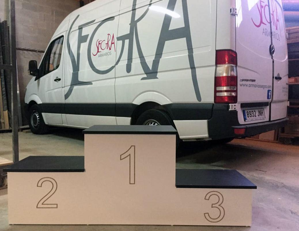 Trofeos de madera y podio para club ciclista